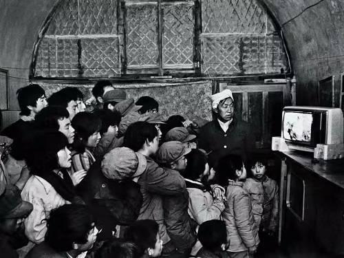 上世纪80年代初,电视机在中国农村还是个稀罕的东西,一台黑白电视能引来众多的邻居一起观看。