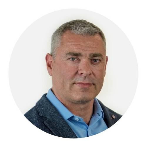 Mikael ElleyElley先生是Karma汽车高级行政管理团队的一员,致力于将Karma Revero推向市场,以及优化企业运营。作为联合参谋长,他领导首席执行官办公室,负责战略部署、业务开发,IT和企业计划管理等项目。在加入Karma汽车之前,Elley先生在美国及国际500强企业,中型涉及汽车、金融和技术等诸多领域的企业中拥有超过20年的管理经验。Elley先生毕业于丹麦哥本哈根大学,拥有理学学士学位和经济学硕士学位。
