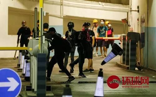 8月21日,中国香港。示威者在元朗西铁站停车楼破坏公共设施挑衅警方。(环球时报-环球网赴香港特派记者崔萌/摄)