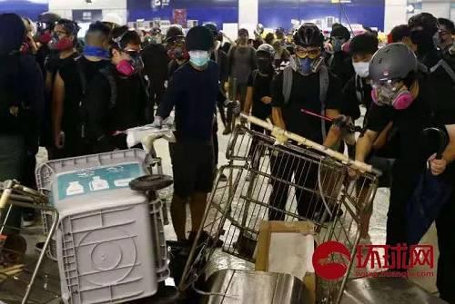8月21日,中国香港。示威者在元朗西铁站破坏公共设施,筑起路障,准备与警方对峙。(环球时报-环球网赴香港特派记者崔萌/摄)