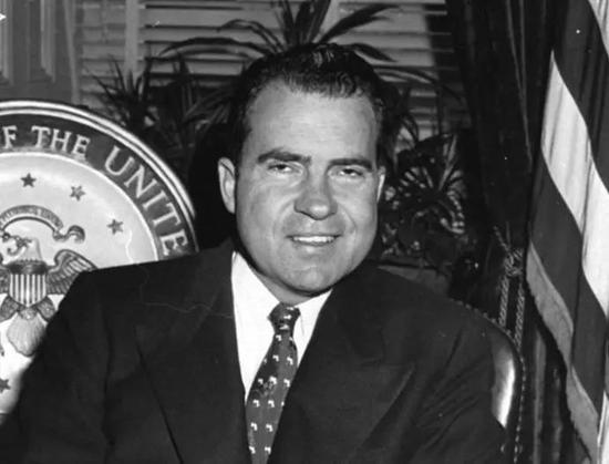 1971年8月15日,時任美國總統理查德-尼克松(上圖)正式宣布關閉美元窗口。 金本位的廢除讓美聯儲得以推出更多的通脹性貨幣政策,而正是這一舉動,為今天美國的泥潭深陷埋下了伏筆。