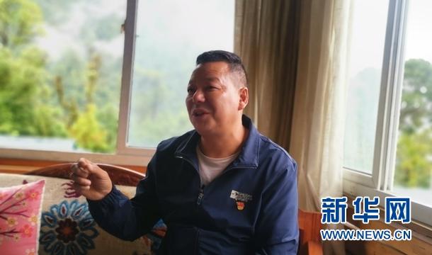 地东村党支部书记、第一书记高荣向记者介绍村里的情况。杨晓波摄
