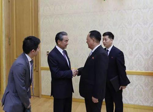 9月2日,中国国务委员兼外交部长王毅同朝鲜外务相李勇浩握手。(外交部网站)