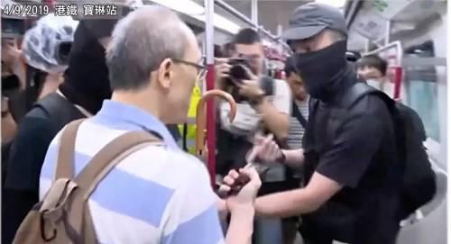 港铁站长被示威者围攻 图源:警方记者会