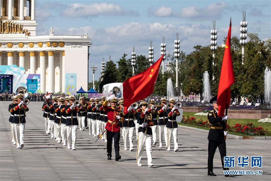 """2019年8月24日,在俄罗斯首都莫斯科,参加俄罗斯""""救世主塔楼""""国际军乐节的中国人民解放军军乐团为莫斯科市民进行巡游演出。新华社记者 白雪骐"""
