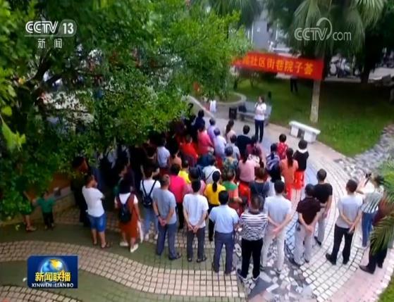 """今天,参加国庆庆祝活动的江西赣州定南瑞狮队队员走进社区、学校等第二批主题教育单位,通过当地百姓喜闻乐见的""""街巷院子荟"""",分享进京演出的体会和感受。"""
