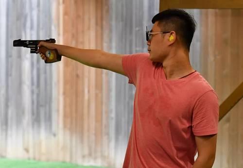 八一射击队25米手枪项现在选手姚兆楠在训练中。新华社记者 贺长山 摄