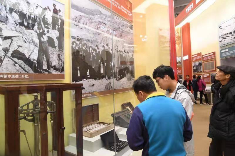 怀来官厅水库建设场景等实物图片在北京展出