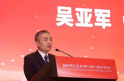 中国期货业协会秘书长吴亚军为分论坛致辞。他表示,期货行业深入贯彻落实党中央、国务院关于经济金融工作的决策部署,紧紧围绕服务实体经济、高质量发展的根本目标,扎实地推进了期货市场改革发展稳定的各项工作。期货市场运行质量和规模不断提升,品种和工具不断丰富,投资者结构不断优化,市场功能稳步发挥,市场开放深入推进,为机构投资者通过参与期货及衍生品市场服务实体经济高质量发展创造了有利条件。各类机构之间通过相互融合、深度合作,可以进一步发挥自身所长,实现优势互补,更好地服务社会日益增长的风险管理与财富管理的需求。