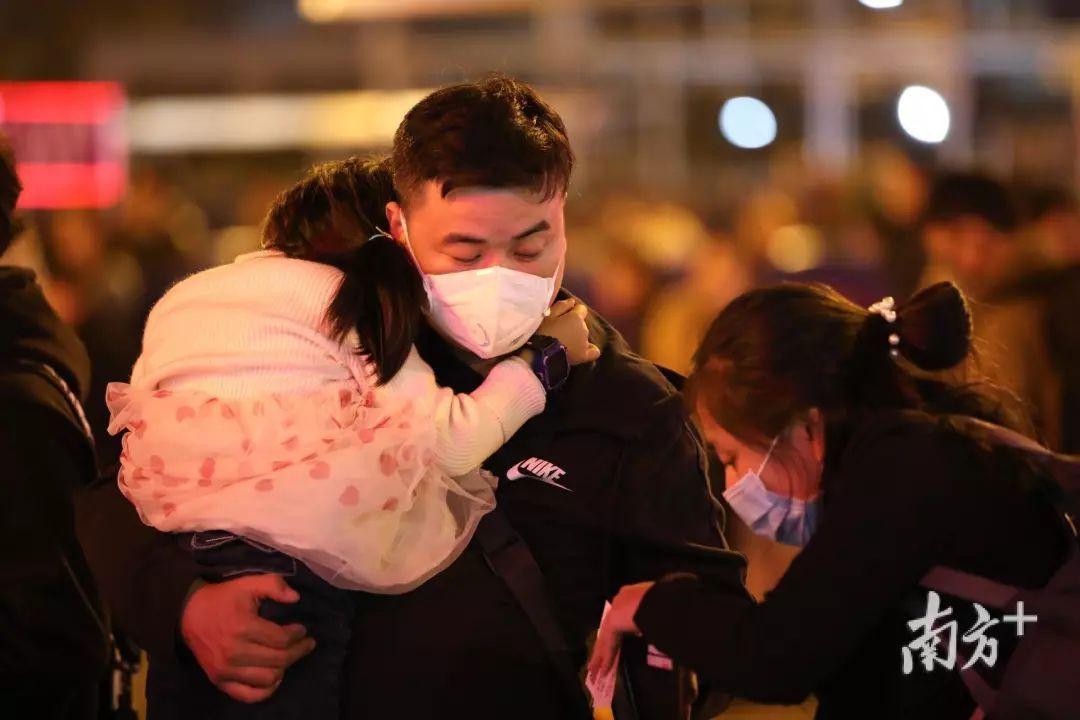 武汉肺炎最新疫情:15名医务人员感染,医院取消休假,口罩脱销!医药股全面爆发,超20家A股火速回应
