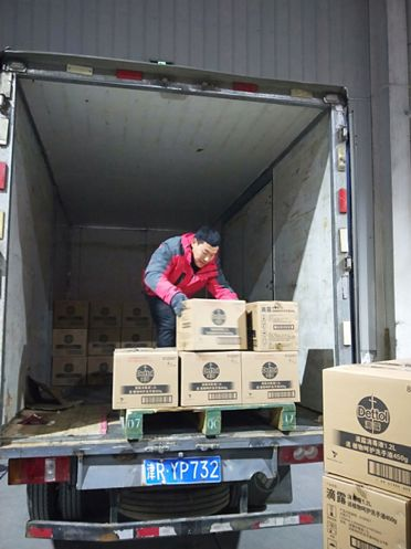 1月24日,由百世免费承运的一批来自江西翰林口腔的医疗物资发去湖北省荆州市中西医院,物资包含医用口罩一万个、一次性帽子一万个、一次性乳胶手套6000个、一次性手术衣1000件,总重量超300公斤。