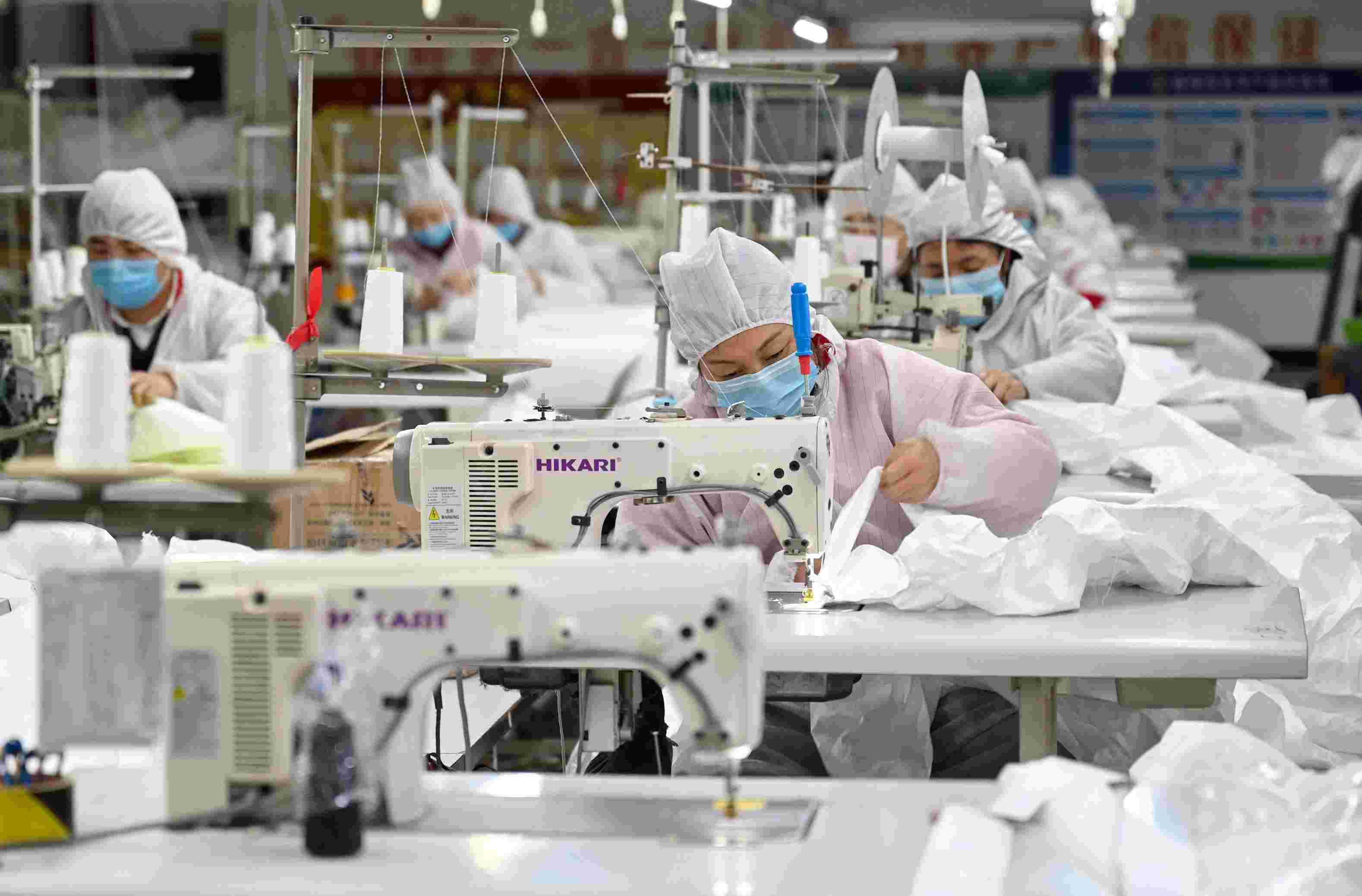 一家企业正在生产口罩 图片来源:新华社