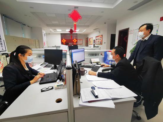 """华夏银行南宁分行前后台联动,加紧为客户发放战""""疫""""贷款,用""""华夏速度""""表明抗击疫情的决心和行动力"""