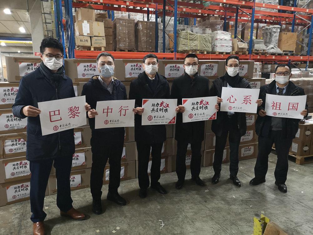 中行巴黎分行员工清理装运捐赠物资