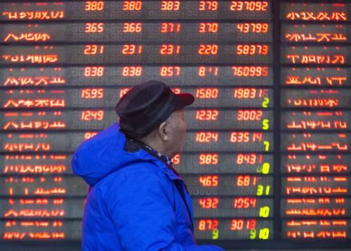 1月2日,股民在南京一家证券营业厅关注股市行情。新华社发