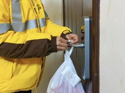在配送之前,为骑手测温,请求骑手戴口罩、消毒餐箱等等,是必须执走的基础操作。