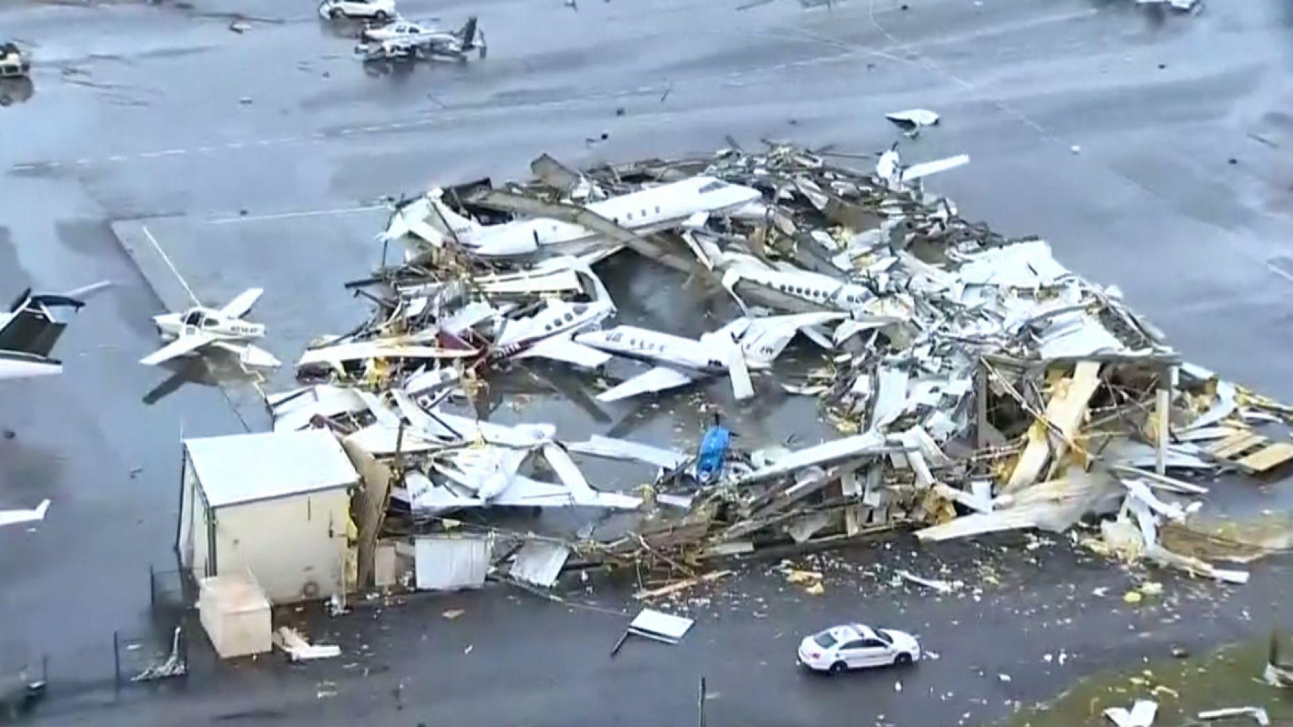龙卷风来袭,美一机场飞机被刮得一片狼籍