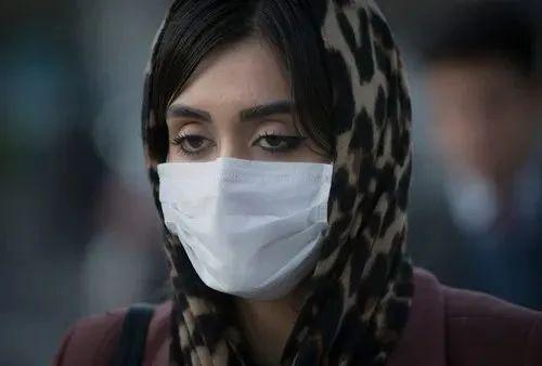3月2日,在伊朗德黑兰,一名女子戴着口罩出行。