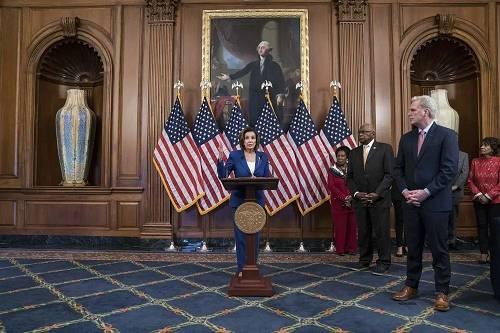 美国多议院议长南希-佩洛西此前外示,多议院将在周五敏捷采取走动,以使国会最后核准具有历史意义的2万亿美元冠状病毒援助计划,然后多议院将着眼于考虑采取进一步措施来声援陷入逆境的经济。
