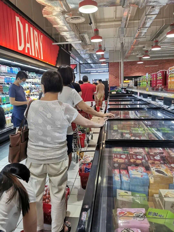新加坡民众在超市排队结账 图片来源:受访者提供