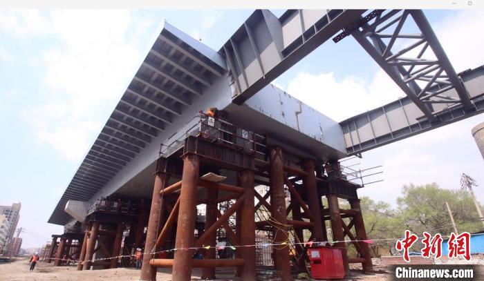 三棵树跨线桥工程采用智能步履式顶推技术 破解涉铁难题