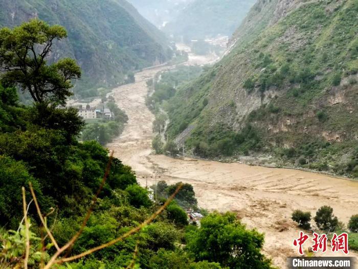 四川丹巴泥石流灾害:已紧急转移2万余人 消防跨区域救援