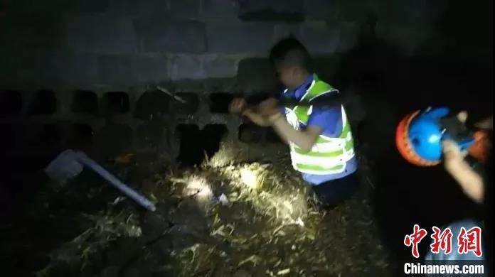 暴雨突降村民被困牛圈 民警跳进粪池砸墙施救