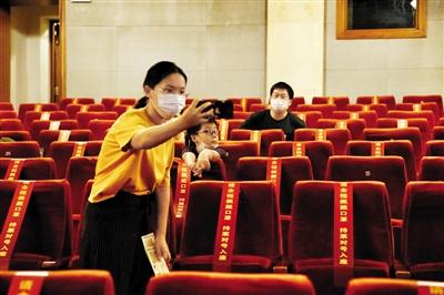 剧场重启后的《洋麻将》:为200位观众调戏