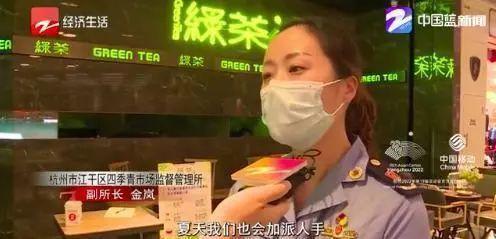 """又一知名餐厅被曝光!员工徒手偷吃,煮熟的鸡肉放垃圾桶上…网友:""""看吐了..."""""""