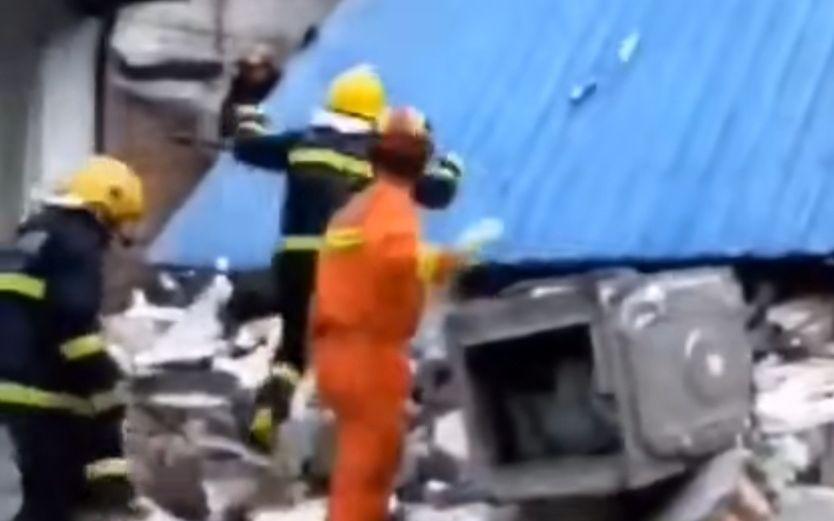 河南周口一居民房倒塌,5名被埋人员救出送医