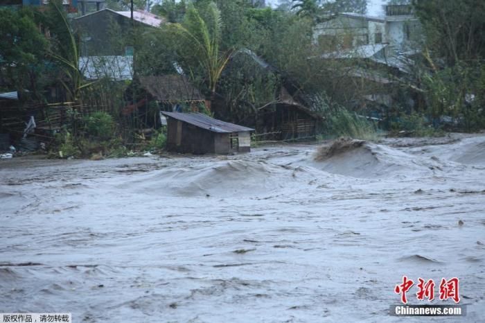 """台风""""天鹅""""侵袭菲律宾 致20人死亡5万多房屋受损"""