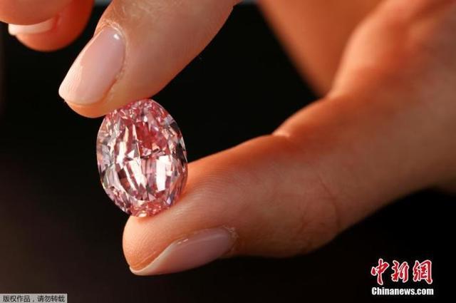 世界最大紫粉钻石拍出2660万美元