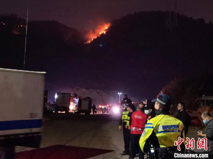 深圳南山区大南山山火初步得到控制