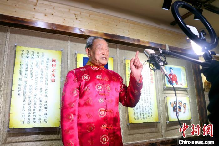 """""""三峡故事王""""的直播故事会 乡音乡情慰乡愁"""