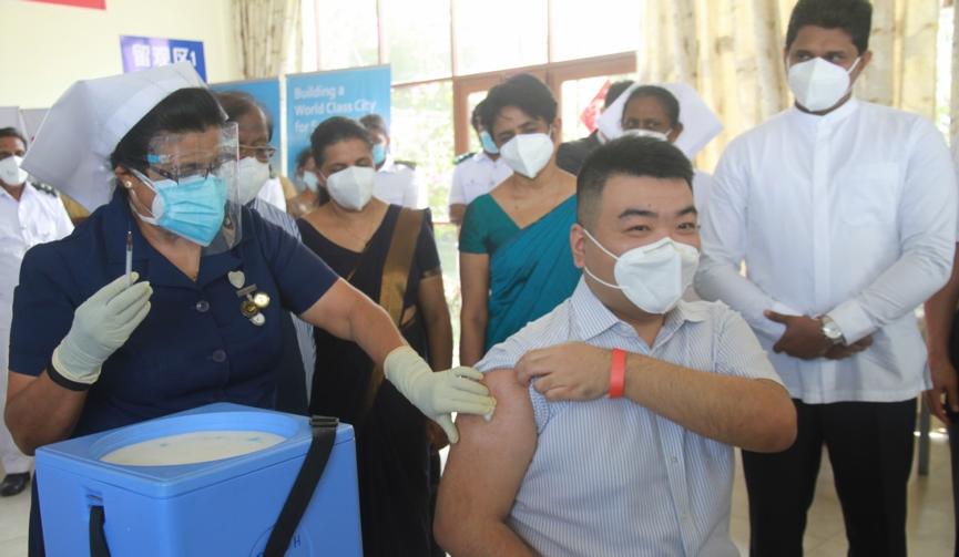 """""""春苗""""正式""""播种"""" 在斯里兰卡中国公民接种国产新冠疫苗"""