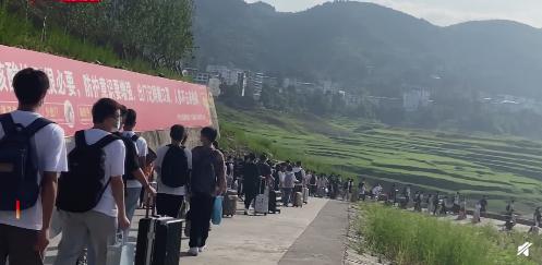 重庆一中学高三学生坐船赶考 网友送祝福:乘风破浪 金榜题名