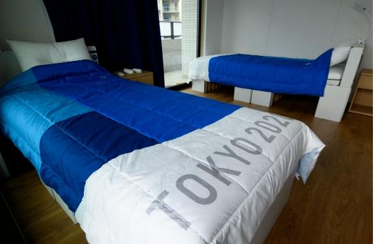 韩媒:韩国举重运动员在日本奥运村的纸板床裂了,已经发了视频……