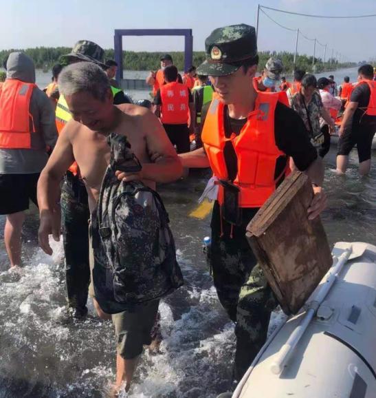 戎装褪去初心不改 退役武士闪送员奔赴河南灾区前线