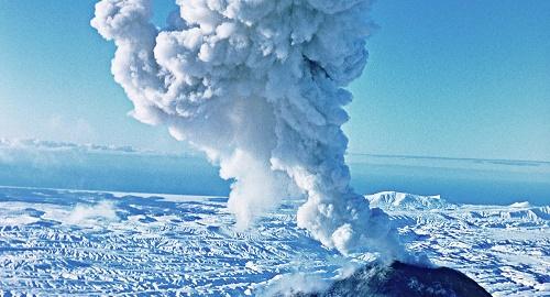 俄媒:游客徒步穿行冰川靠近火山口酿悲剧 俄救援队发现游客尸体