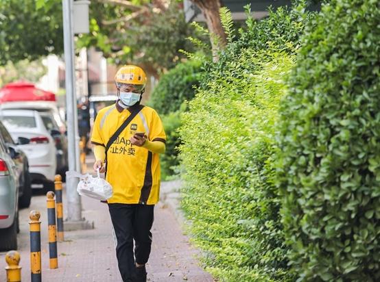 暑期兼职送外卖的大学生:我在北京,把世界周游