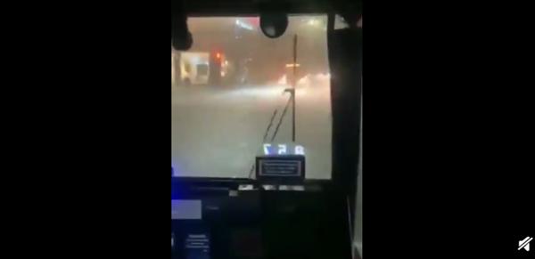 暴雨袭击 纽约市进入紧急状态:现场视频显示车辆、房子被水淹