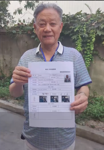 92岁大爷学车不到两个月拿到驾照:实操项目满分通过