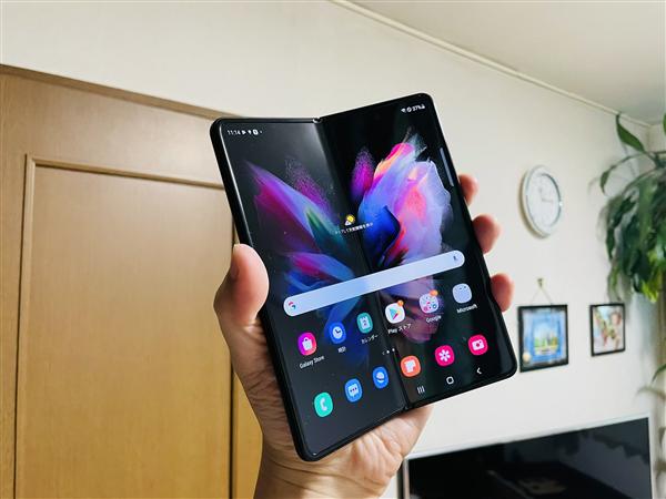 微博CEO王高飞换上三星Galaxy Z Fold3:问网友这贴膜能撕么?
