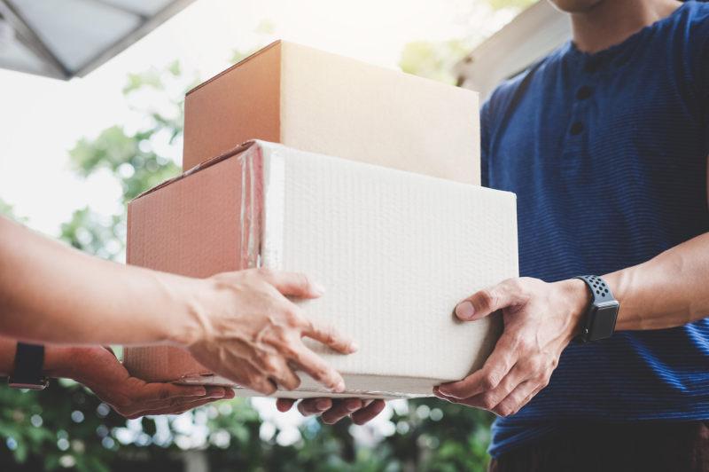 1-8月快递与包裹服务品牌集中度指数CR8达80.8,异地快递占总快递业务量比重超84%