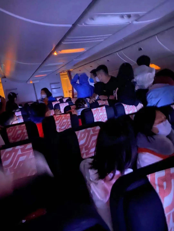 突发!今晨一航班客舱起火后返回首都机场,舱内画面曝光,航司回应...